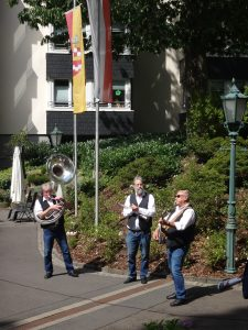 Ständchen-Marathon der SPD Bergneustadt vor den Neustädter Seniorenheimen